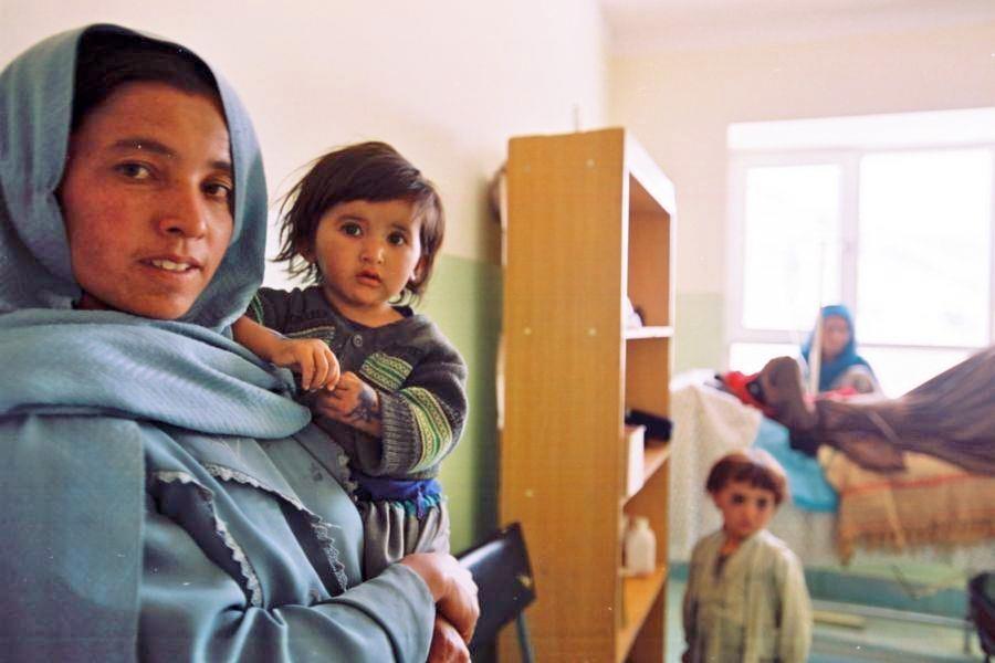 Caritasmitarbeiterin vor Dorfbewohnern